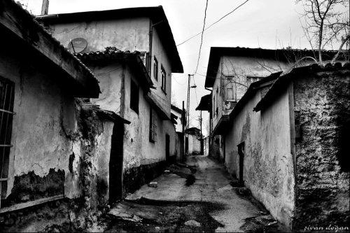 [Eski Ankara | Kaynak: http://fc04.deviantart.net/fs70/i/2014/019/1/e/old_street_in_ankara___bw___by_sivandogan1212-d72sr1c.jpg]